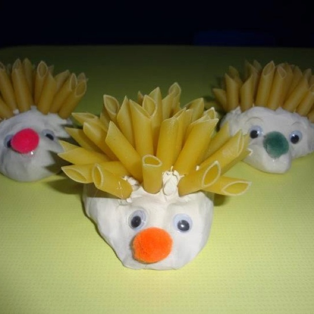 Use playdough and pasta and make a beautiful craft of a porcupine!