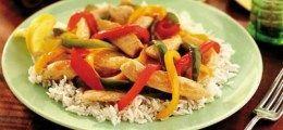 Κοτόπουλο με χρωματιστές πιπεριές και ρύζι μπασμάτι