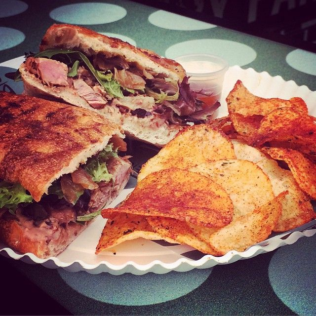 """Tribeca Food Truck en Instagram: """"Este es el especial del desafío Guadalajara: el Hudson. Hickory smoked bean spread - pulled pork en cervez..."""