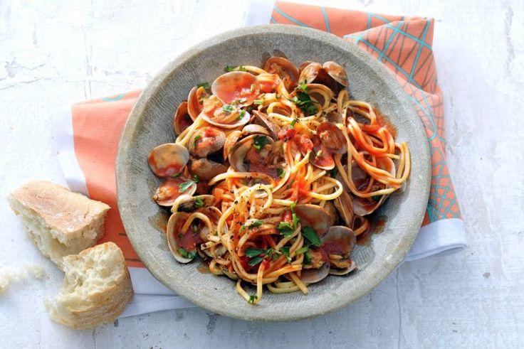 Dit snelle, klassieke pastagerecht met schelpdieren kan elke dag van de week, maar kun je ook je gasten prima voorzetten - Recept - Allerhande