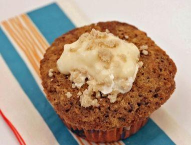 Für die Maroni Muffins den Backofen auf 180 Grad vorheizen und die Papierformen ins Muffinsblech geben. In einer Schüssel Mehl, Backpulver, Natron,