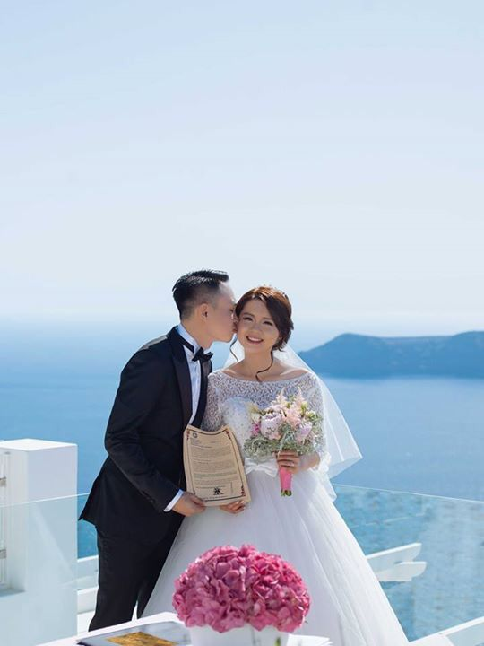 Pink theme with peonies and hydrangeas! From the intimate Santorini wedding of Leong and Jean