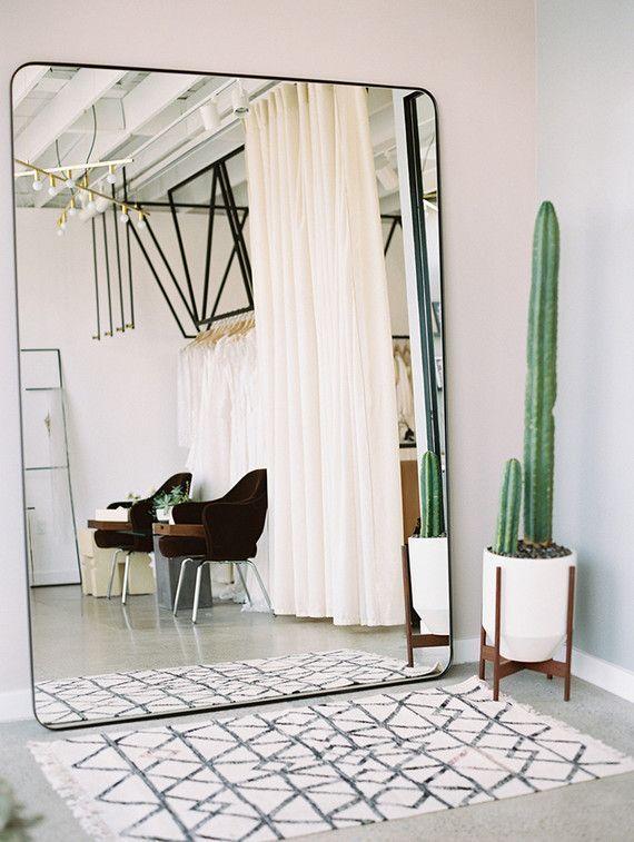 übergroßer Wandspiegel, süßer Kaktus und ein marokkanischer Teppich