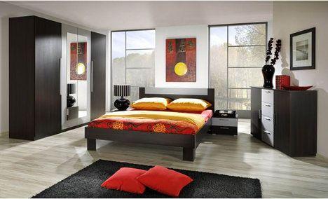 Hlavními znaky ložnicové sestavy Veria v provedení wenge je jednoduchost v kombinaci s elegancí. Cena je 12 643 Kč; MT nábytek