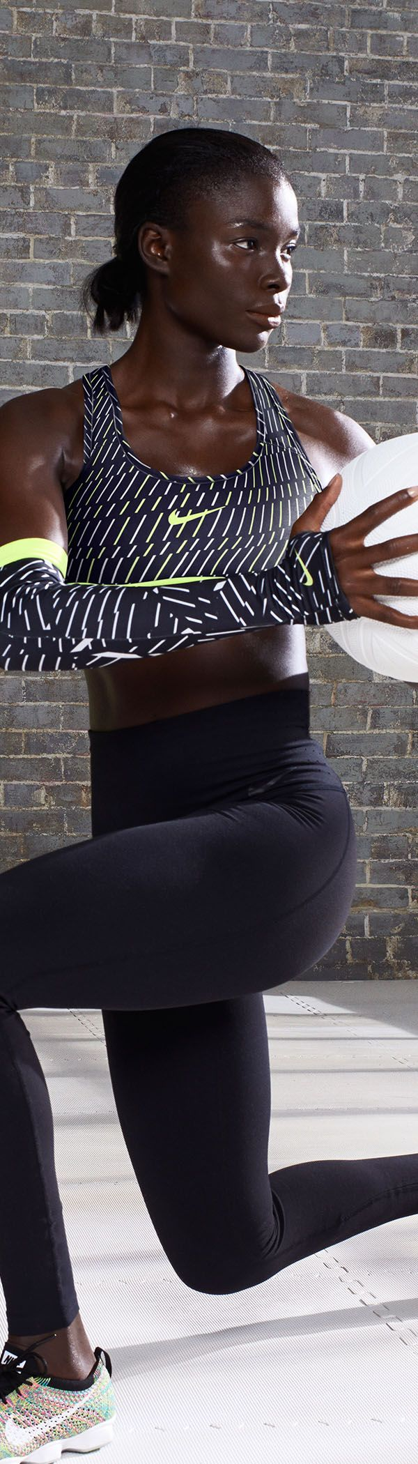 The perfect combination of style and sport. Own your workout in the Nike Pro Classic Bra Bolt Print.