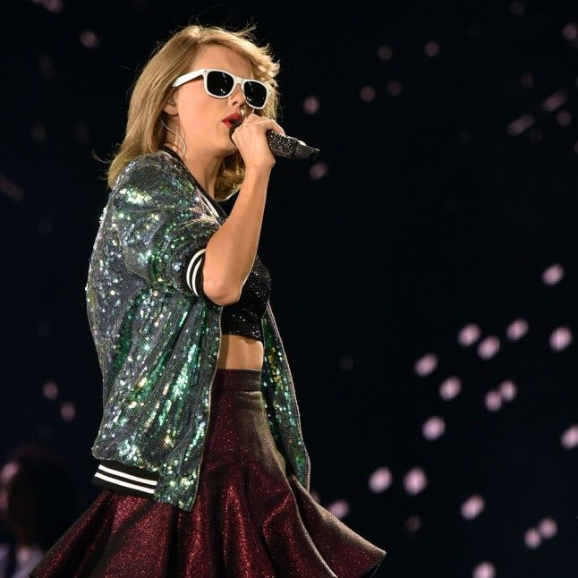 Taylor Swift Sang Smelly Cat on Stage With Lisa Kudrow | Marie Claire