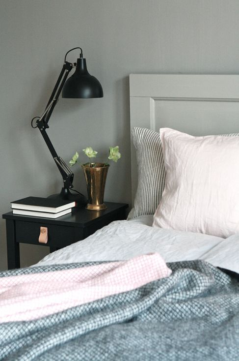 pläd, rosa, grått, svart lampa, sovrum studio karin