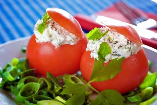 Tomates rellenos de queso y aguacate [Stuffed tomatoes with fresh cheese and avocado]