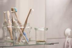 Zahnpulver und Bambus-Zahnbürsten