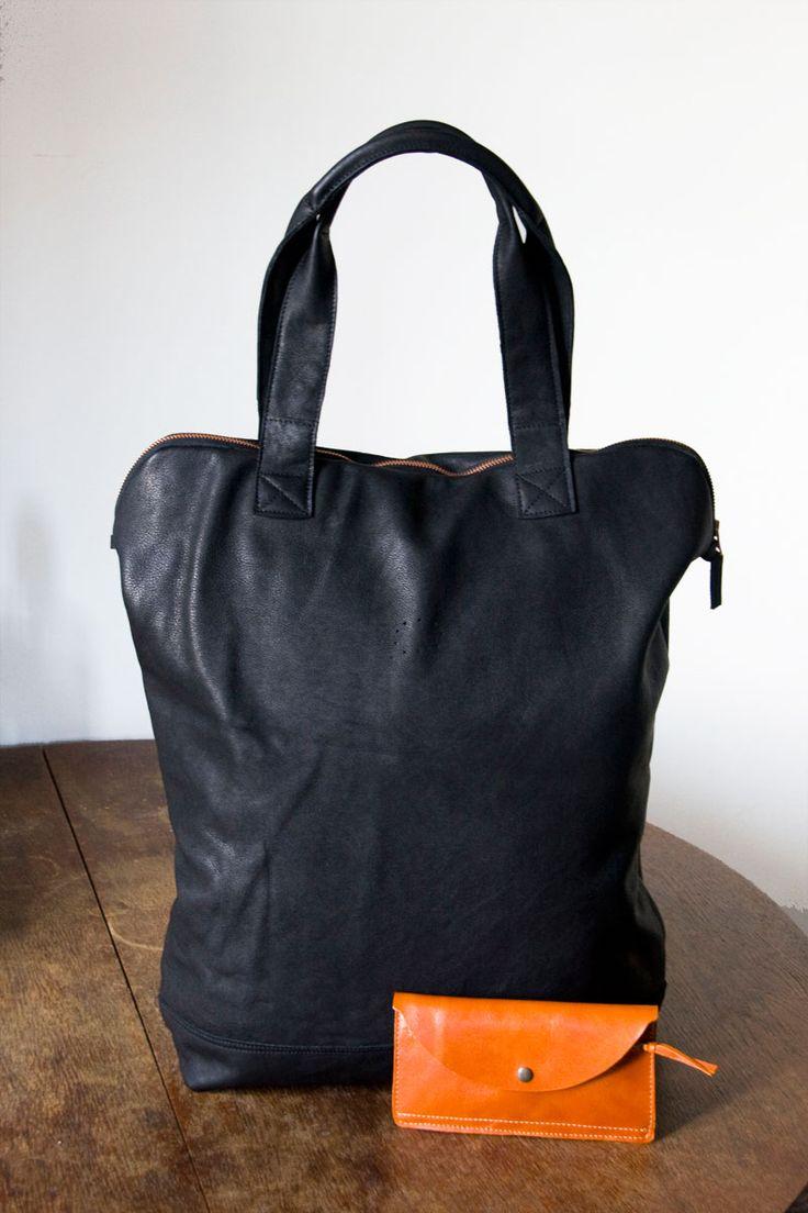 Duża, lekka torba z czarnej skóry licowej. Więcej na stronie, $155