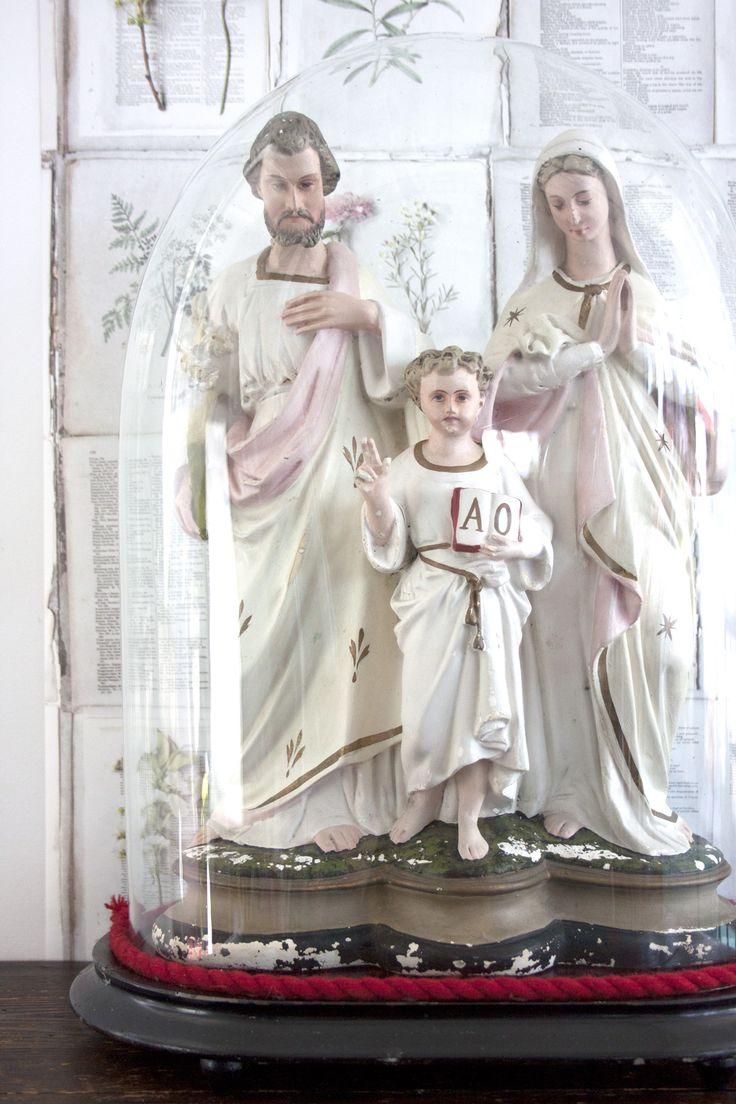 Heilige familie in antieke stolp