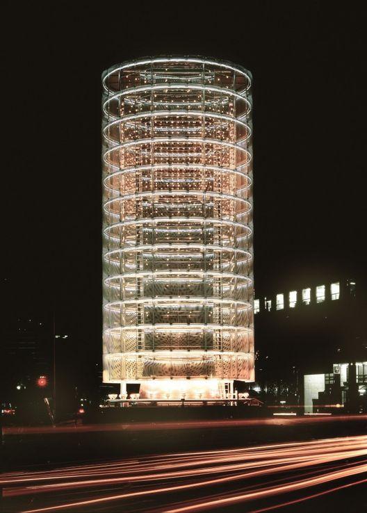la torre de los vientos. Diseñada por el arquitecto japonés Toyo Ito.  esta edificación tiene ese nombre porque cambia de color con la intensidad del viento.