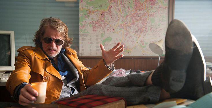 """Sieh den Trailer zu """"00 Schneider""""! - Kinofilm - Kommissar 00 Schneider (Helge Schneider) ist auf Verbrecherjagd. Zusätzlich muss er sich mit Zahnschmerzen und seiner Mutter herumschlagen."""