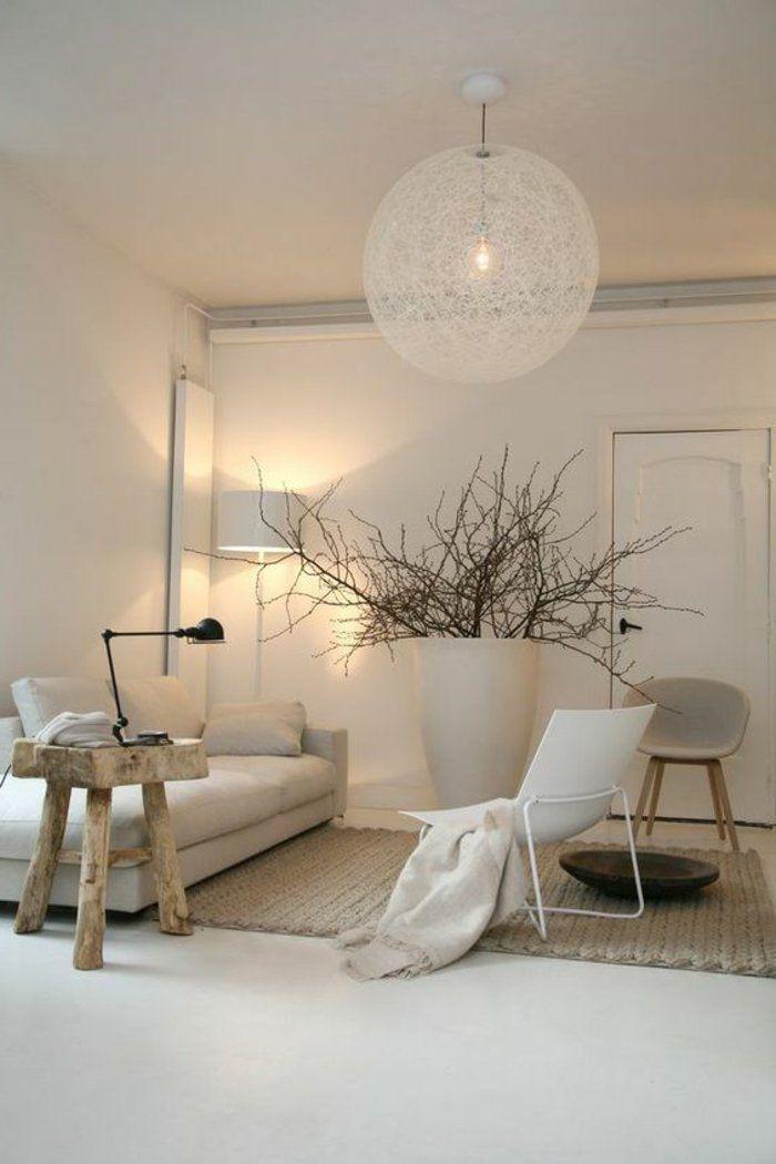 Appartement minimaliste plafonnier boule blanc petite table en bois sofa bas