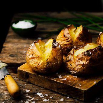 Patatas asadas al horno - Receta de Los Tragaldabas
