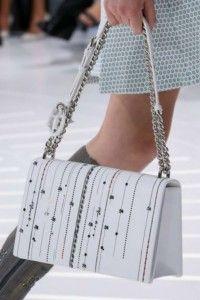 Borse DIOR collezione primavera estate 2015 Borse Dior, la collezione per la primavera estate 2015 di Christian Dior. Shoulder Bag, con manico a catena impreziosito da charms con logo della maison, ricami e applicazioni.