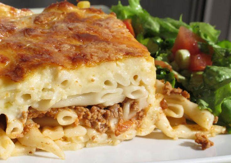 pastitio Nog geen idee wat vanavond te eten? Dit recept voor een overheerlijke pastitsio is de ideale manier om al een beetje in de vakantiestemming te komen smile emoticon Kali orexi!