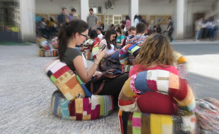Pneus velhos transformados em sofás estão a circular em vários espaços públicos de Coimbra para convidar as pessoas a recuperar espaços de cidadania e reflexão
