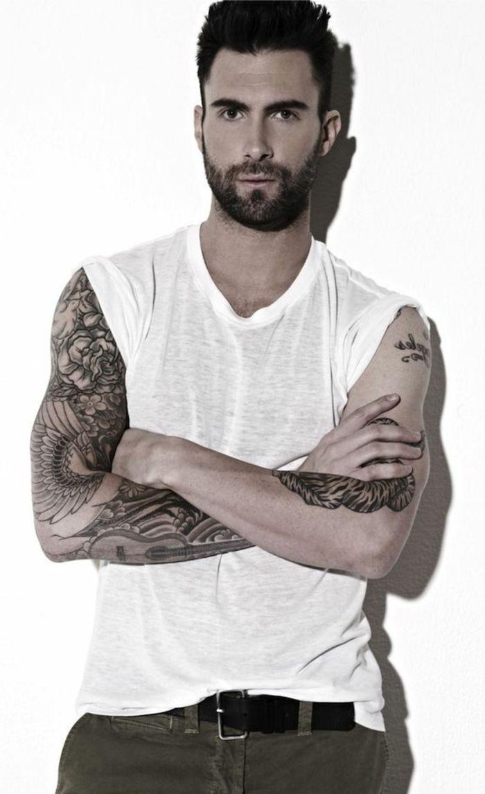 barbas-de-moda-adam-levine-barba-corta-camiseta-blanca-tatuajes-ojos-marrones
