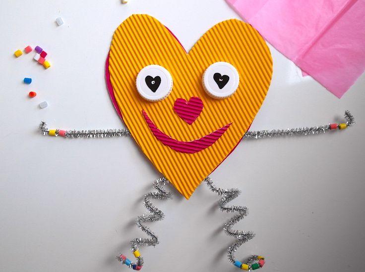 Nyt on hyvä aika aloittaa ystävänpäivä-askartelut yhdessä oppilaiden kanssa. Tämä ystävänpäiväkortti tai -koriste suorastaan pomppii antamaan ystävälle lämpimän halauksen.