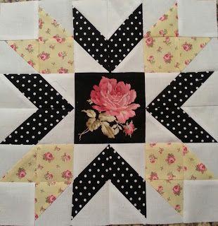 Cortar um quadrado central com 4 1/2'', 12 quadrados com 2 7/8'' de cor neutra,4 quadrados da mesma cor neutra com 2 1/2''para os cantos, 8 quadrados de bolinha com 2 7/8'', 4 quadrados floridos com 2 7/8'' e 4 com 2 1/2''.