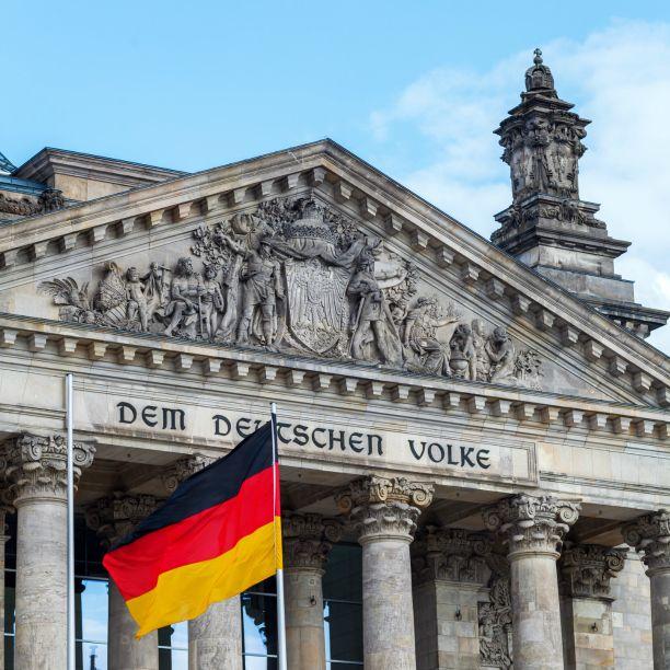 """Heute gibt es den nächsten Teil aus unserer Reihe """"Neuerungen im Zeitarbeitsgesetz"""". Im Fokus steht diese Woche die Wiedereinführung der Höchstüberlassungsdauer. #arbeit #zeitarbeit #äüg #gesetz #änderung #bundestag #reichstag #berlin #regierung #legislative #abgeordnete #mdb #entwurf #18monate #dauer #job #jobsuche #magdeburg #DIEpA"""