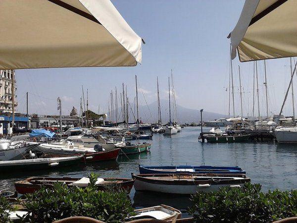 Mangiare seduti in riva al mare a Napoli al costo di un panino ora si può!