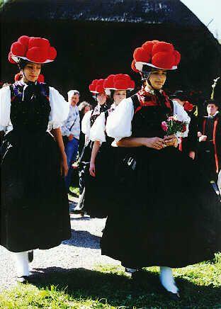 Trachtenelemente  Der Bollenhut  Der für die Schwarzwälder Tracht typisch angesehene rote Bollenhut ist Bestandteil der Festtagstracht aussc... #Gutachtal