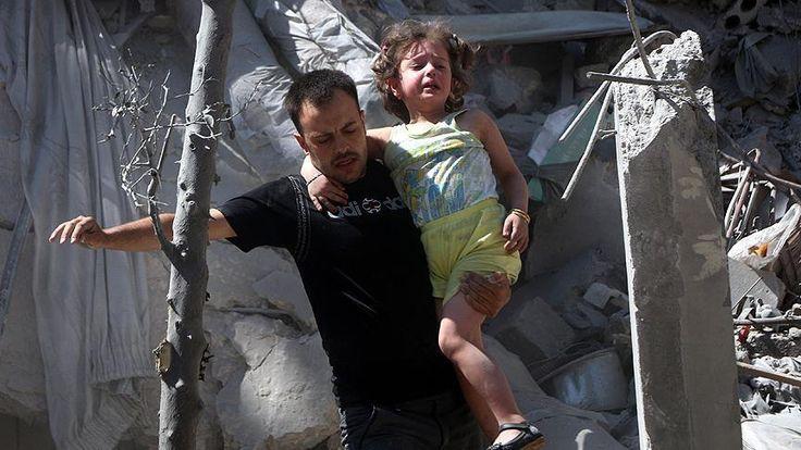 "Foto: Serangan rezim Suriah membunuh 5 warga sipil di Aleppo  ALEPPO (Arrahmah.com) - Lima orang gugur dan bebarapa lainnya terluka dalam serangan oleh pesawat jet rezim Asad di provinsi Aleppo Suriah pada Sabtu (2/7).  Menurut Abu Leys seorang pejabat pertahanan sipil setempat pesawat perang rezim Asad menghantam daerah perumahan di kota Aleppo Salahaddin.  ""Dua keluarga masih di bawah puing-puing bangunan runtuh. Tim penyelamat terus mencari korban"" tambahnya sebagaimana dilansir kantor…"