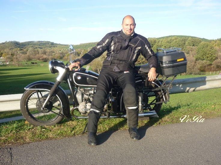 Fiam..Ő restaurálja a motorokat.Ez a hobbija..