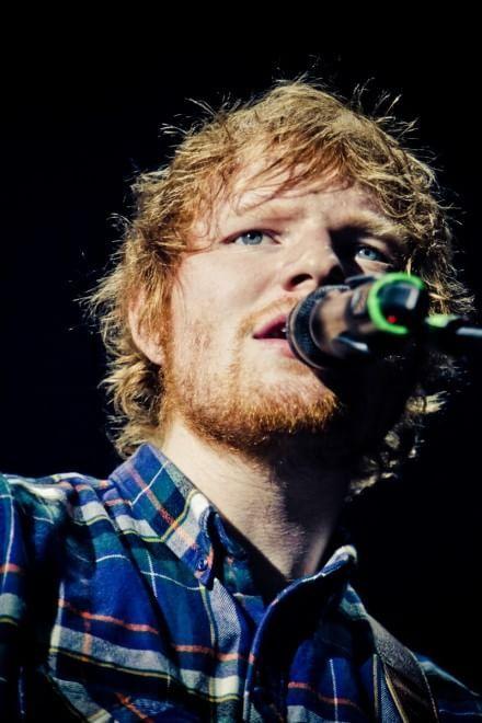 """Trionfo per Ed Sheeran nella tappa romana del suo tour. Il ventitreenne cantautore britannico si è presentato solitario sulla scena del Palalottomatica, senza band, chitarra al collo e voce da brividi, davanti a diecimila fan estasiati. Il concerto è durato oltre un'ora e mezza, è iniziato con """"I'm a mess"""" e ha offerto poi tutte le hit pregiate del suo repertorio. In scaletta, tra le altre, """"Don't"""", """"Drunk"""", """"Take it back"""", """"One"""", la cover di """"Can't help falling in love"""" di Elvis che ..."""