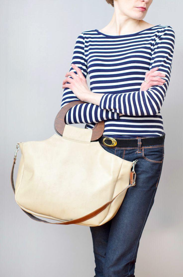 Duża torba w odcieniu kości słoniowej. Do ręki: drewniane rączki, lub na ramię: skórzany pasek z regulacją. #ivory #leatherbag #casualbag