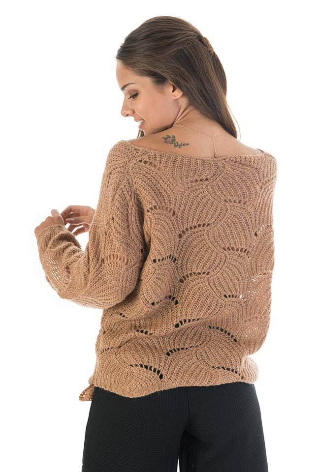Asymmetric knitted bond blouse in the front. V neckline and long sleeves. Ripped detail. 30% Wool. 55% Akrylic. 15% Nylon