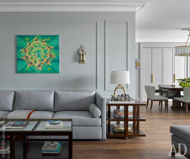 Часть гостиной. Диван, журнальный и акцентный столики от Bolier; лампа, Ralph Lauren Home.