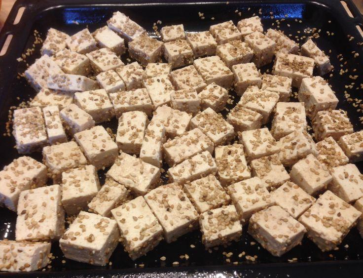 Sałata rzymska z sezamowym tofu:   Sałatką też można najeść się do syta! Kto nie wierzy, oto dowód... Wypróbujcie tą bardzo szybką sałatkę bez dressingu i oleju, ale za to z pieczonym tofu, na obiad lub kolację. Sprawdzi się też jako danie główne. :)