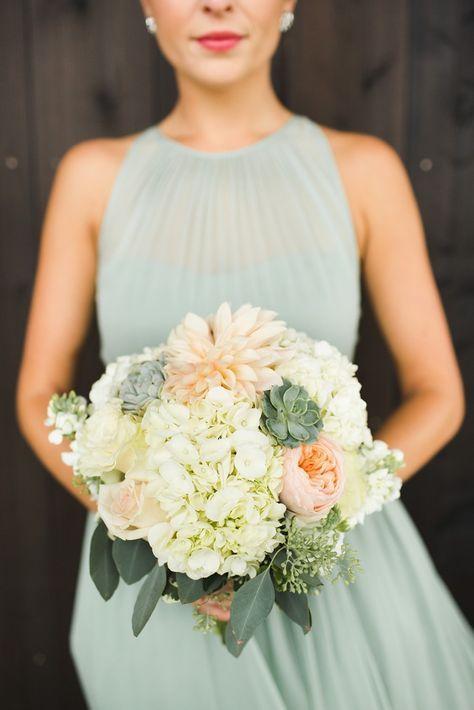 Soft peach + cream bouquet   Photography: Ashley Caroline Photography - www.ashley-caroline.com  Read More: http://www.stylemepretty.com/2015/06/22/traditionally-elegant-hamptons-wedding/