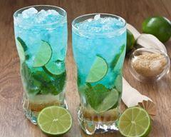 Cocktail au gin, curaçao bleu et citron vert
