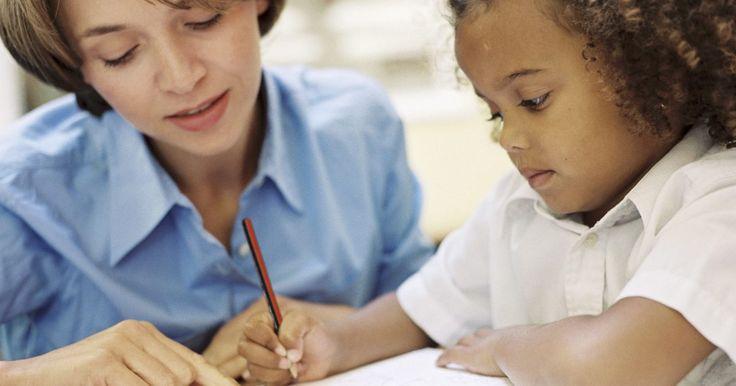Como ensinar uma oficina de poesia para alunos do Ensino Fundamental I. Ensinar aos alunos do Ensino Fundamental I como escrever uma poesia é mais fácil do que você pensa. As crianças têm imaginações admiráveis e adoram criar novas coisas. O seu papel enquanto educador é expô-las à poesia. Estimule-as a experimentar e tentar novos tipos de escrita.
