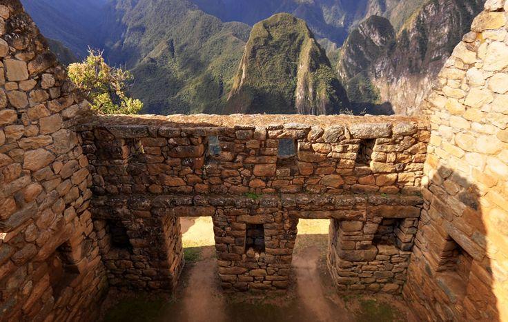 """O interior de um edifício Inca parcialmente restaurado que apresenta janelas trapezoidais. O Inca paredes projetado para ajudar a protegê-los contra danos e de entrar em colapso em um terremoto. Portas e janelas tenho este projeto trapezoidal e de inclinação para dentro e de baixo para cima. Os cantos são normalmente arredondados, enquanto cantos internos muitas vezes inclina ligeiramente para os quartos. """"L"""" em forma de blocos foram usados para amarrar cantos... Foto por Martin St-Amant"""