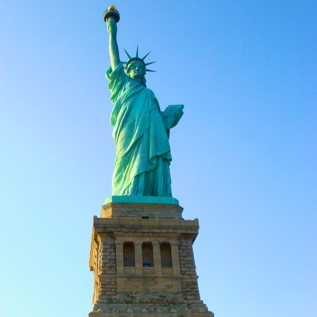 Conhecer de perto a Estátua da Liberdade é o sonho de muitas pessoas e um ótimo passeio num dia de sol em Nova York. A Estátua fica em Liberty Island e os passeios de barco oferecidos pela empresa Circleline são os mais tradicionais. Para os mais radicais, uma boa pedida é fazer o passeio de helicóptero com a empresa Liberty. - New York