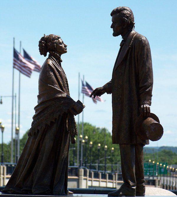 Η Χάριετ Ελίζαμπεθ Μπίτσερ γεννήθηκε στις 14 Ιουνίου 1811 στο Κονέκτικατ των ΗΠΑ ως ένα από τα 13 παιδιά της οικογένειας του θρησκευτικού λειτουργού Λάιμαν Μπίτσερ και της συζύγου του, η οποία πέθα…