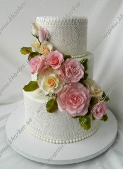 Свадебный торт с кружевами и сахарными розами