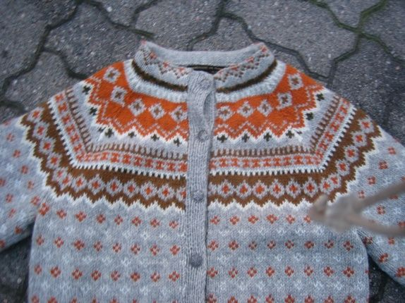 this could easily be done in natural wool colors (grey, white) and naturally dyed yarns (orange & brown)
