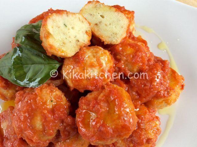 Polpette di ricotta con salsa di pomodoro.