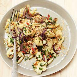 pasta met gebakken bloemkool, knoflook en pecorino