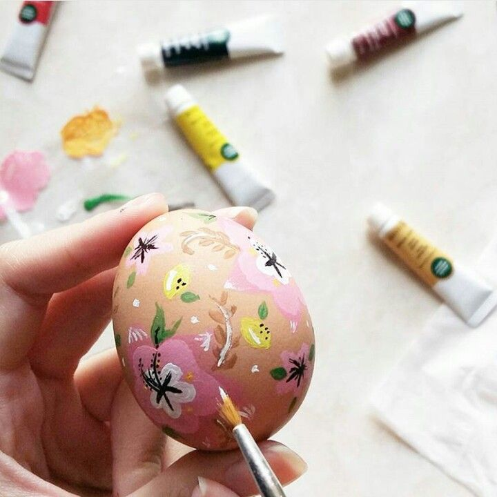 Painted spring flower themed easter egg  Instagram @qmjft