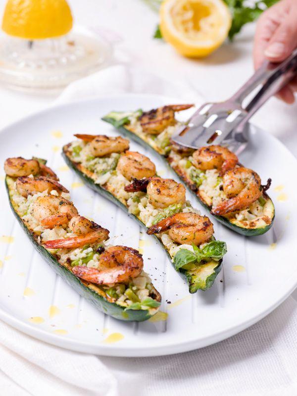 1. Verwarm een grillpan op hoog vuur gedurende ± 5 minuten. 2. Snij de courgettes in de lengte doormidden en schep het vruchtvlees eruit. Zorg ervoor dat er nog 1 cm rondom aan de randen overblijft. Bestrijk de courgettes met olijfolie en bestrooi met zout en cayennepeper. Zet opzij. 3.