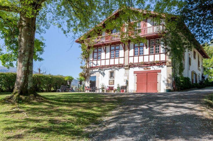 Ascain, proche Saint Jean de Luz, à vendre superbe propriété sur 2 hectares de parc avec très belle vue sur les montagnes et située en position dominante. Dépendances, 2 boxes à chevaux. Piscine et pool house.