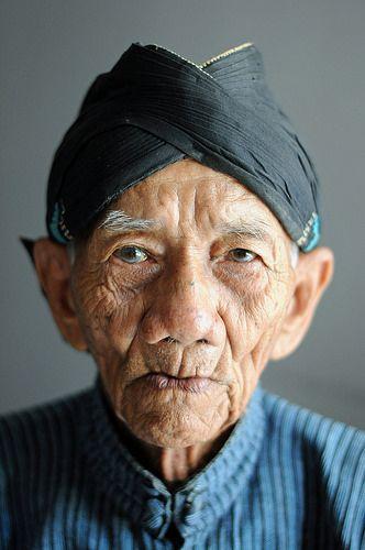 Javanese Gentleman . The Kraton, Yogyakarta. Deze man heb ik in juni 2014 op Java ontmoet in het paleis van de Sultan!