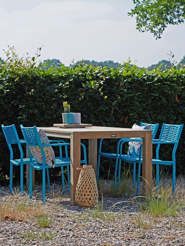 Tuinset met blauwe stoelen en teakhouten tafel op grind